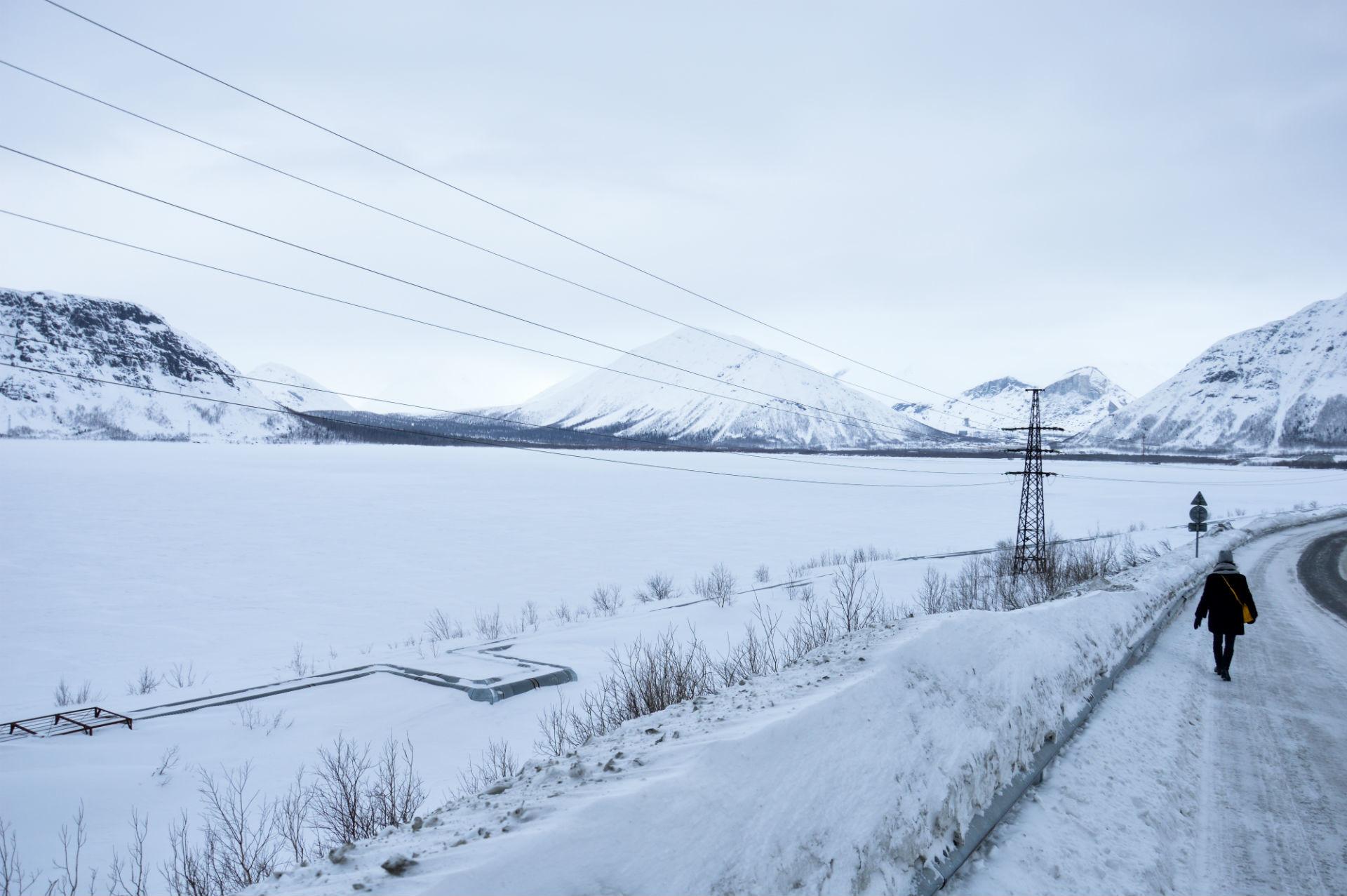 Le lac du Bolchoï Voudiavr est éclatant d'une blancheur que seul un snowkiter viendra rompre pendant que nous le longeons.