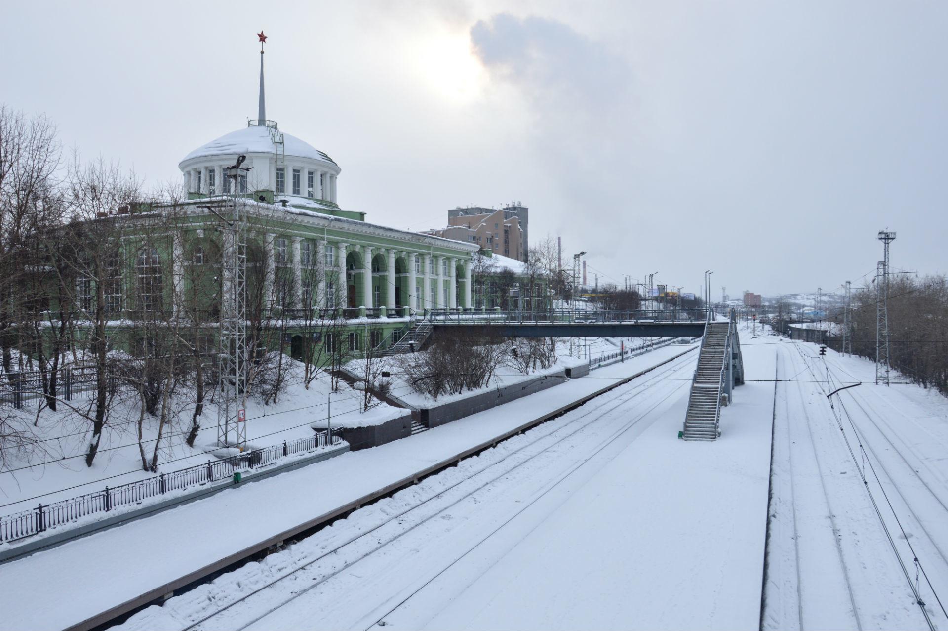 L'étoile rouge accueillant les voyageurs est l'un des nombreux symboles d'une époque révolue à Mourmansk.