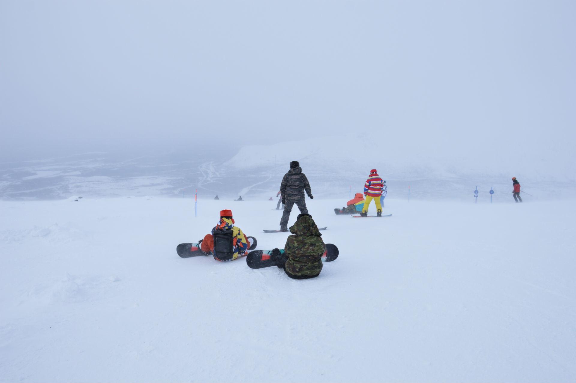 Sur l'un des sommets du massif nous luttons contre les éléments, en vain.