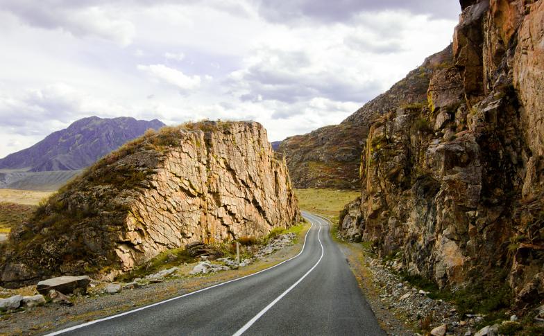 Čujska cesta se začne v Novosibirsku in gre preko Altaja, vse do ruske meje z Mongolijo.