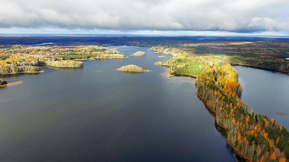 Ozari (uski izduženi grebeni nastali akumulacijom) na jezeru Maseljga. Fragment granice slivova Sjevernog Ledenog i Atlantskog oceana.