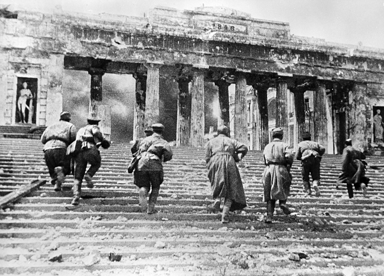 Soldados soviéticos luchan en el muelle de Grafskaia (Sebastopol).