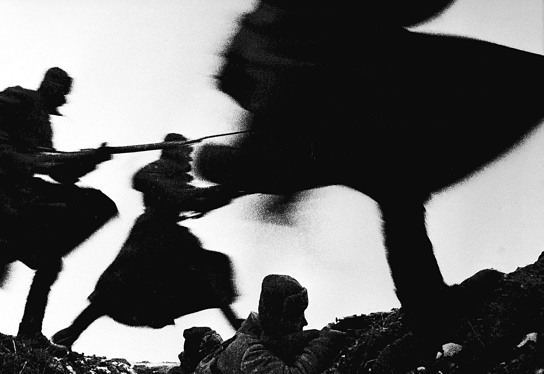 Soldados soviéticos atacando.