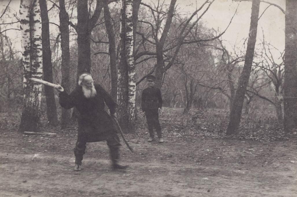 Tolstói jugando con Vladímir Chertkov, hijo de su amigo Vladímir Chertkov en un parque. Mayo de 1909. Fotografía de T. Tapse.
