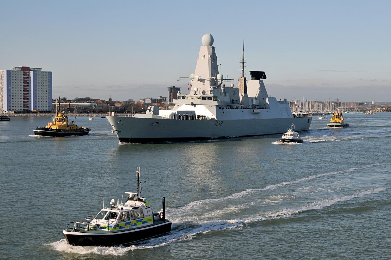 """Кралскиот разурнувач на Воената морнарица на Велика Британија """"Деринг"""" ја напушта кралската поморска база во Портсмут."""