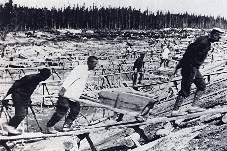 Trabalho de prisioneiros na construção do Canal Mar Branco-Báltico, em 1932.