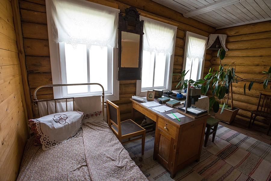 Cópia da casa de Matriona Zákharova no museu de Aleksandr Soljenítsin, na escola secundária do povoado de Mezinovski.