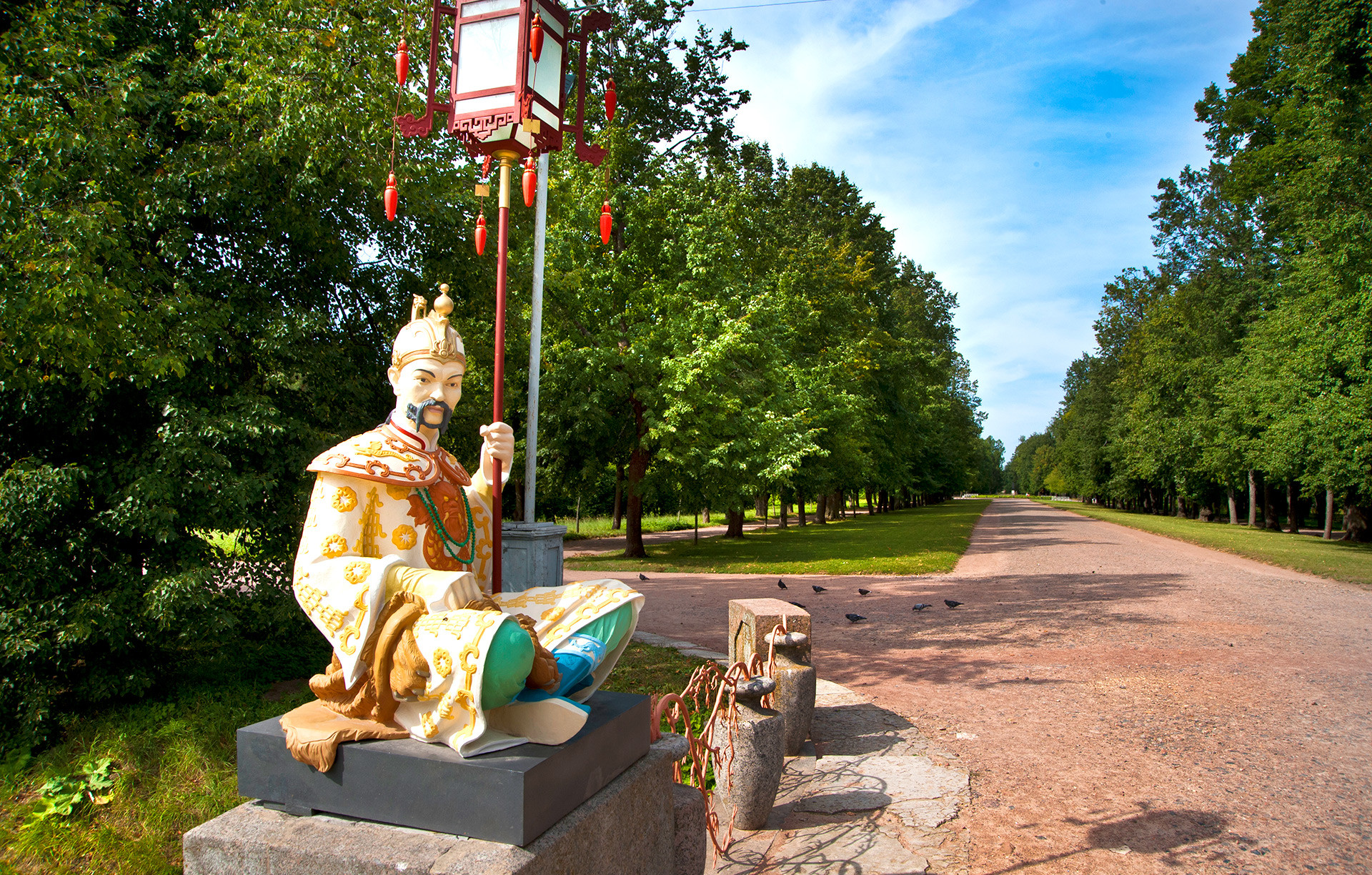 Statues of the Chinese Bridge in the Alexander Park