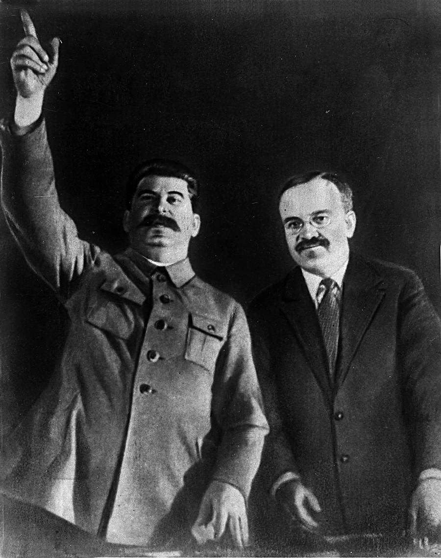 Stálin e Molotov na cerimônia de abertura do metrô de Moscou em 1935.