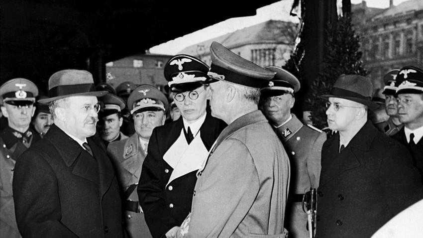 Mólotov fala com ministro das Relações Exteriores do Reich, Joachim von Ribbentrop, antes de partir de Berlim, em 14 de novembro de 1940. A amizade germano-soviética não durou nem dois anos a partir da data.