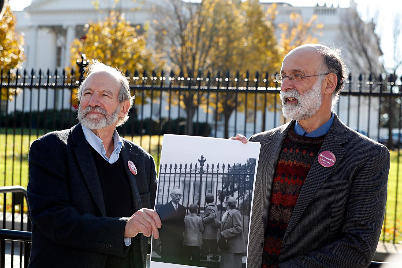 Michael (esq.) e Robert Meeropol, filhos de Ethel Rosenberg, fazem pose similar à de uma velha fotografia deles mesmos antes de tentarem entregar uma carta ao então presidente Barack Obama em busca da exoneração de sua mãe, Ethel Rosenberg, em 2016.