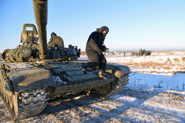 Tanque T-80 en el campo de tiro de Chebarkul, a las afueras de Cheliábinsk, durante una sesión de demostración de la recién formada división de tanques Vítebsk-Nóvgorod.