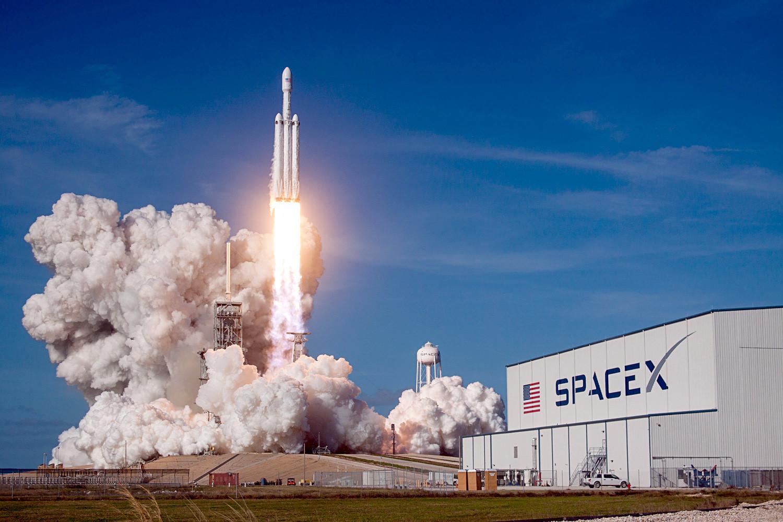 """Тешка ракета SpaceX Falcon полеће са пробним корисним теретом у космос са стартног полигона 39А у космичком центру """"Кенеди"""". 6. фебруар 2018, Кејп Канаверал (Флорида, САД)."""
