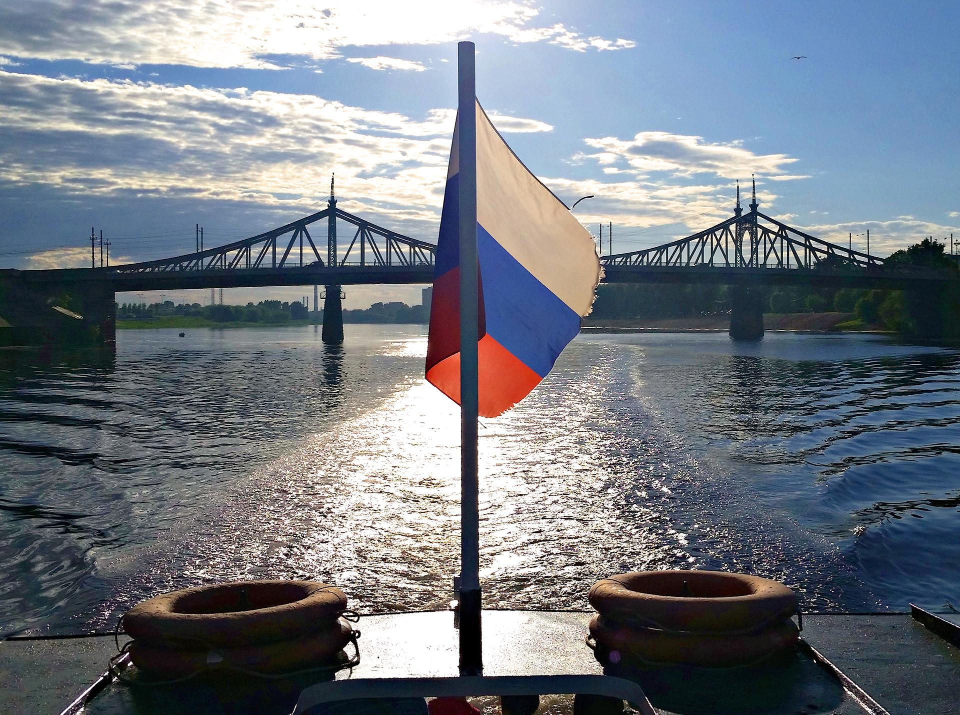 In barca sul fiume Volga