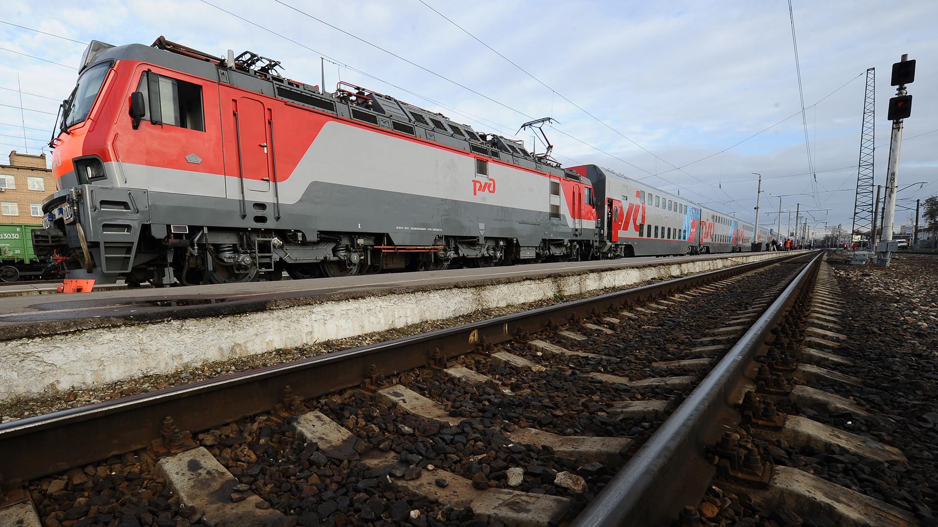 Prvi ruski dvonadstropni potniški vagon odhaja s Kazanske železniške postaje proti kraju Adler v predmestju Sočija.
