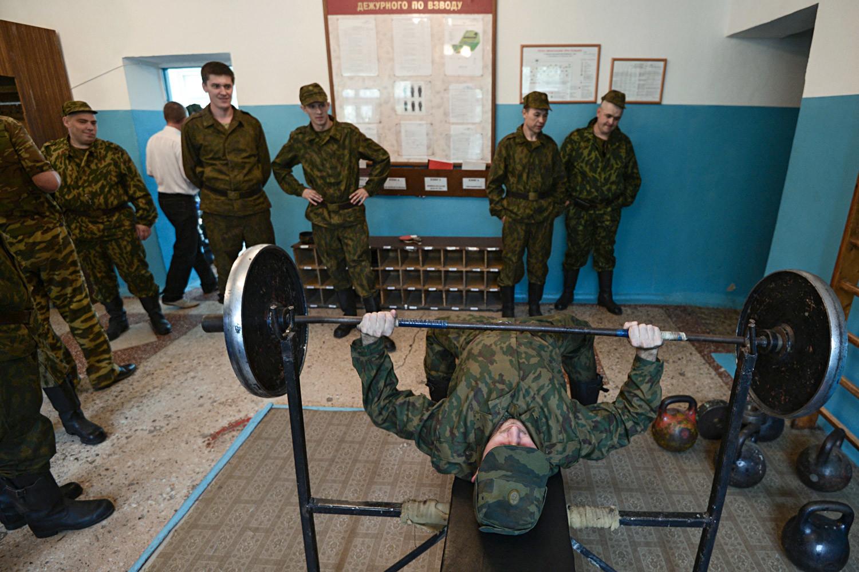 Reservistas convocados para treinamento, em uma base de armazenamento, manutenção e reparação de equipamentos militares em Novosibirsk