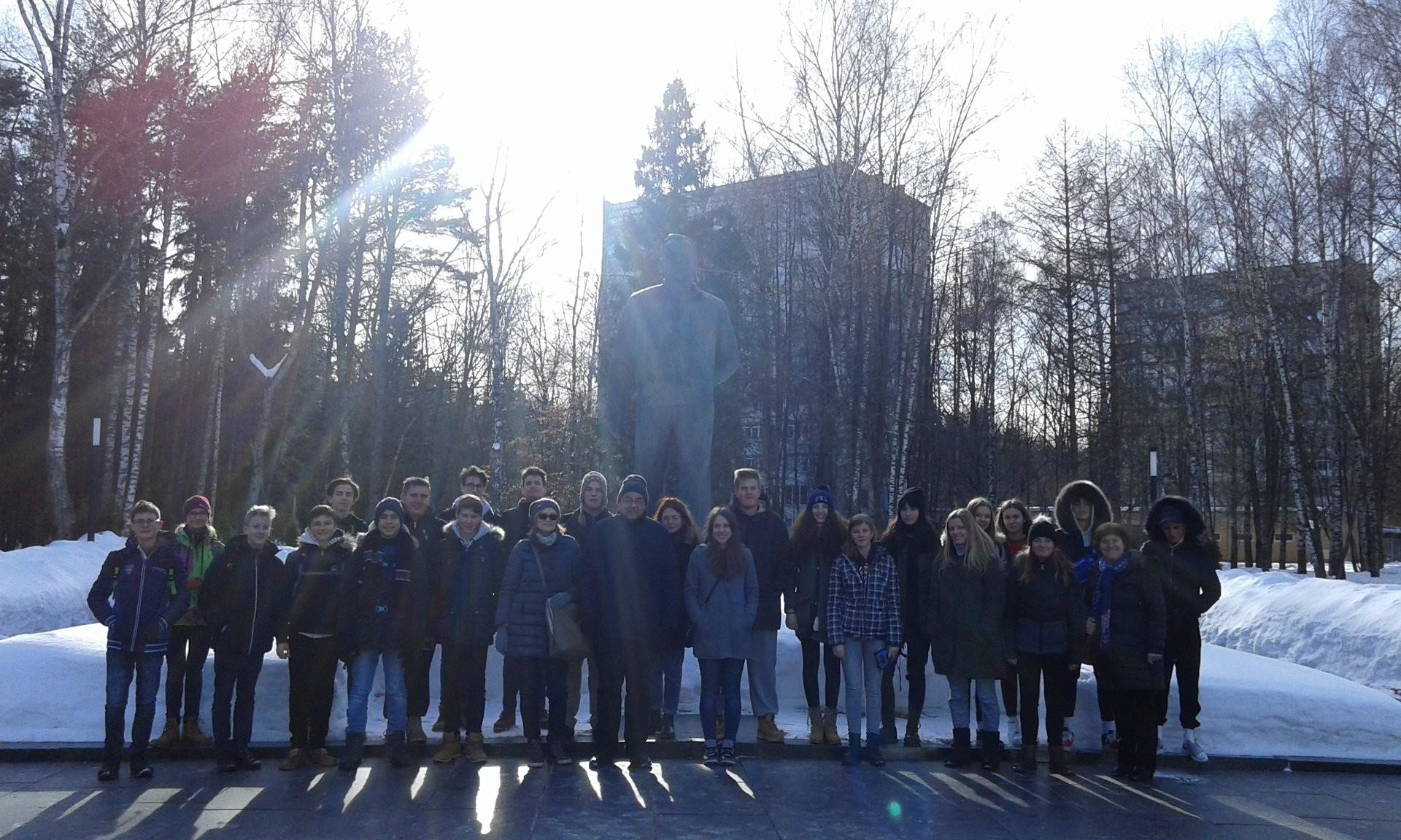 Skupna fotografija pred spomenikom Juriju Gagarinu.