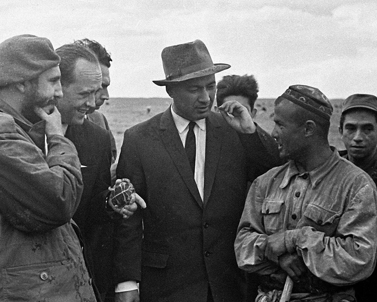 Fidel Castro (kiri) dan Sekretaris Pertama Partai Komunis Uzbekistan Sharof Rashidov (kedua dari kanan) dan seorang gembala di perkebunan kolektif Sverdlov, 1963.