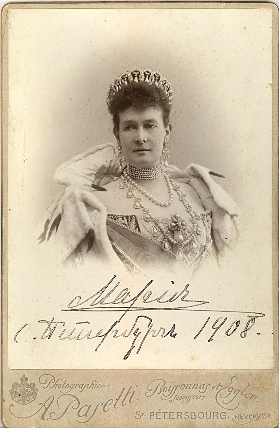 A Grande Duquesa Maria Pávlovna usando a Tiara Vladímir.