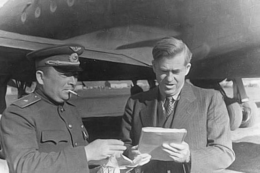 Волас се опрашта од домаћина на Магаданском аеродрому пред повратак у Америку, мај 1944.