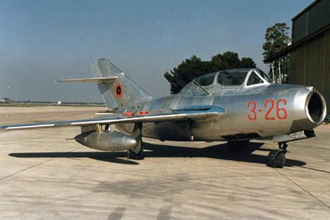 Албански МиГ-15 на италианско военно летище, 5 март 1997 г.
