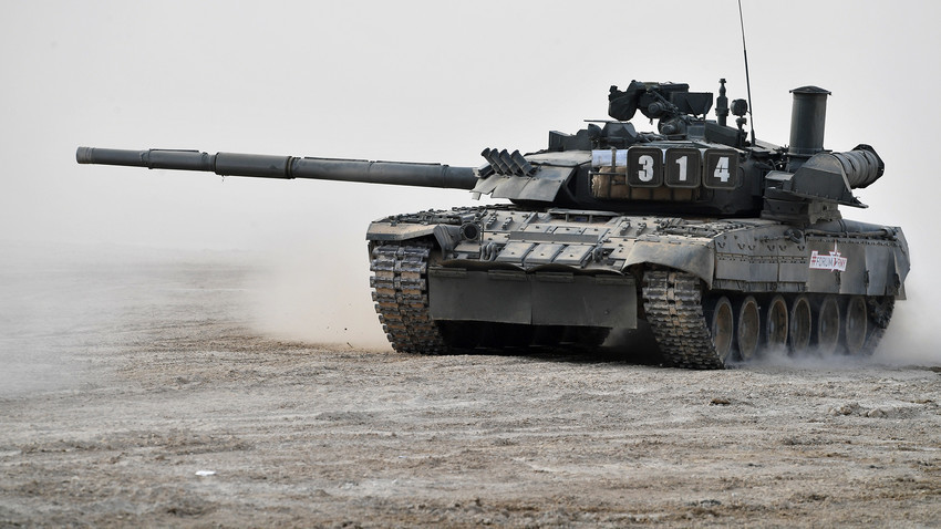 """Тенкот Т-80 за време на демонстрирањето на современо и перспективно вооружување на Меѓународниот военотехнички форум """"Армија-2017"""" во Московската област."""