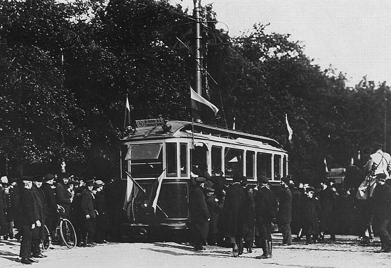 Foto pembukaan jalur trem di Sankt Peterburg oleh Karl Bulla sekitar tahun 1906.