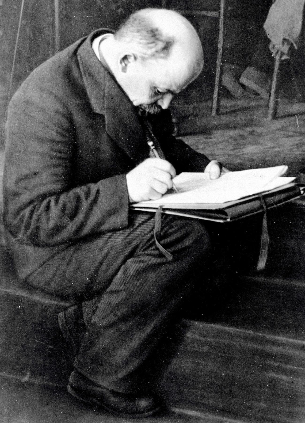 Vladimir Lenin membuat catatan dalam Kongres Komintern III.