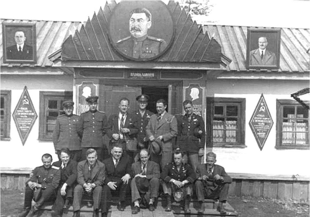 Wallace s svojimi NKVD vodiči 1944.