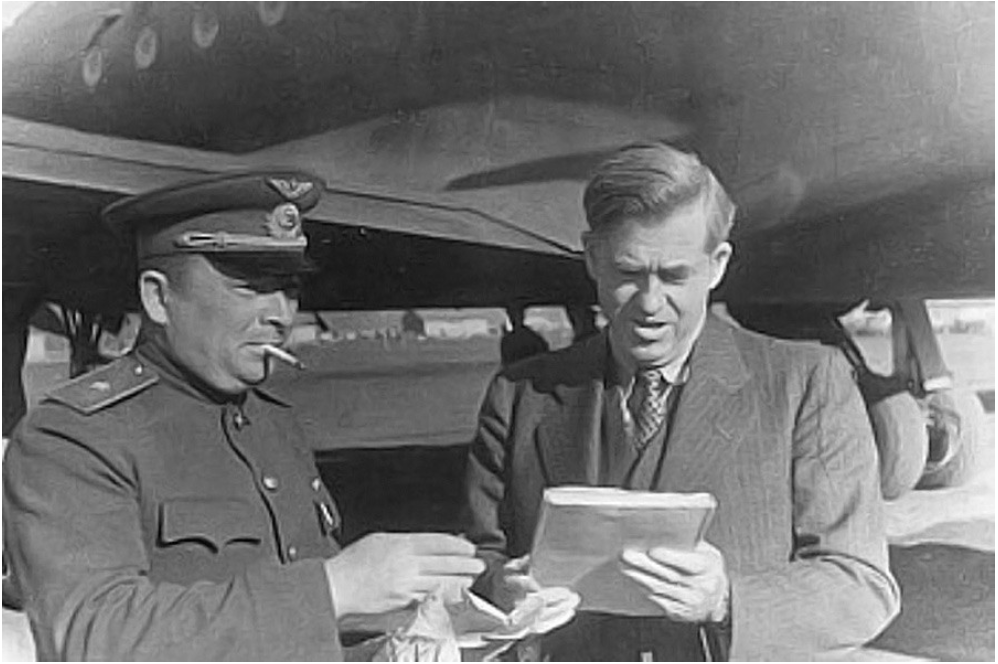 Wallace ob slovesu na letališču v Magadanu, 1944.