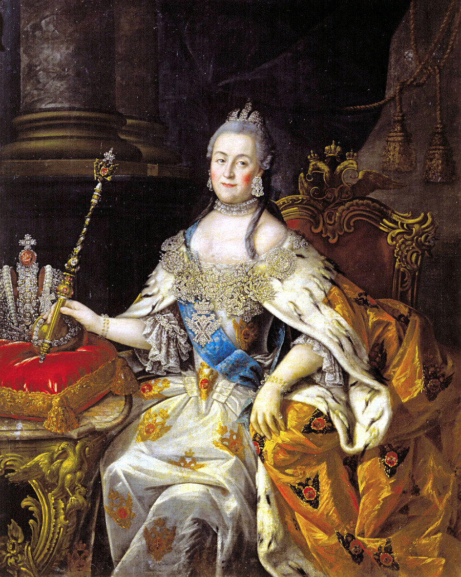 Ekaterina yang Agung memegang tongkat kerajaan. Lukisan karya Alexei Antropov, 1765.