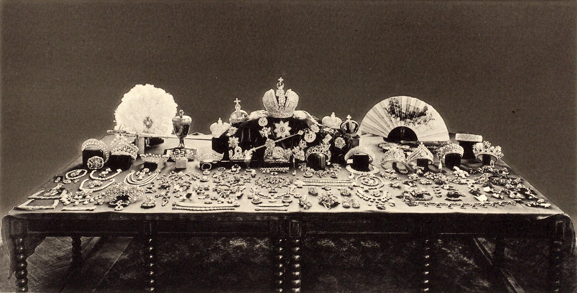 Diambil pada 1925, foto ini menunjukkan seluruh koleksi perhiasan Rusia.