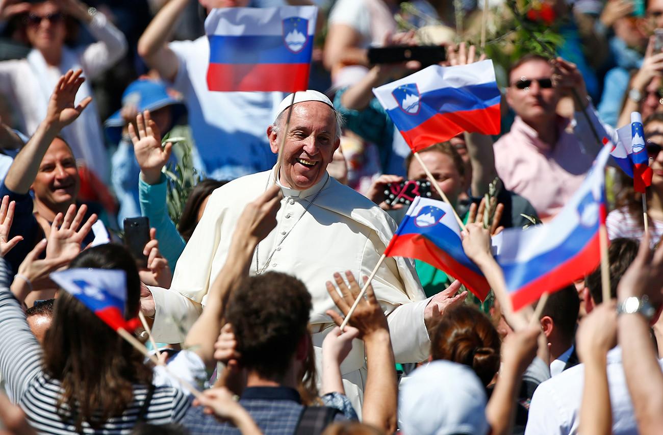 Paus Fransiskus tersenyum pada akhir Misa Minggu Palma di Lapangan Santo Petrus di Vatikan, 9 April 2017.