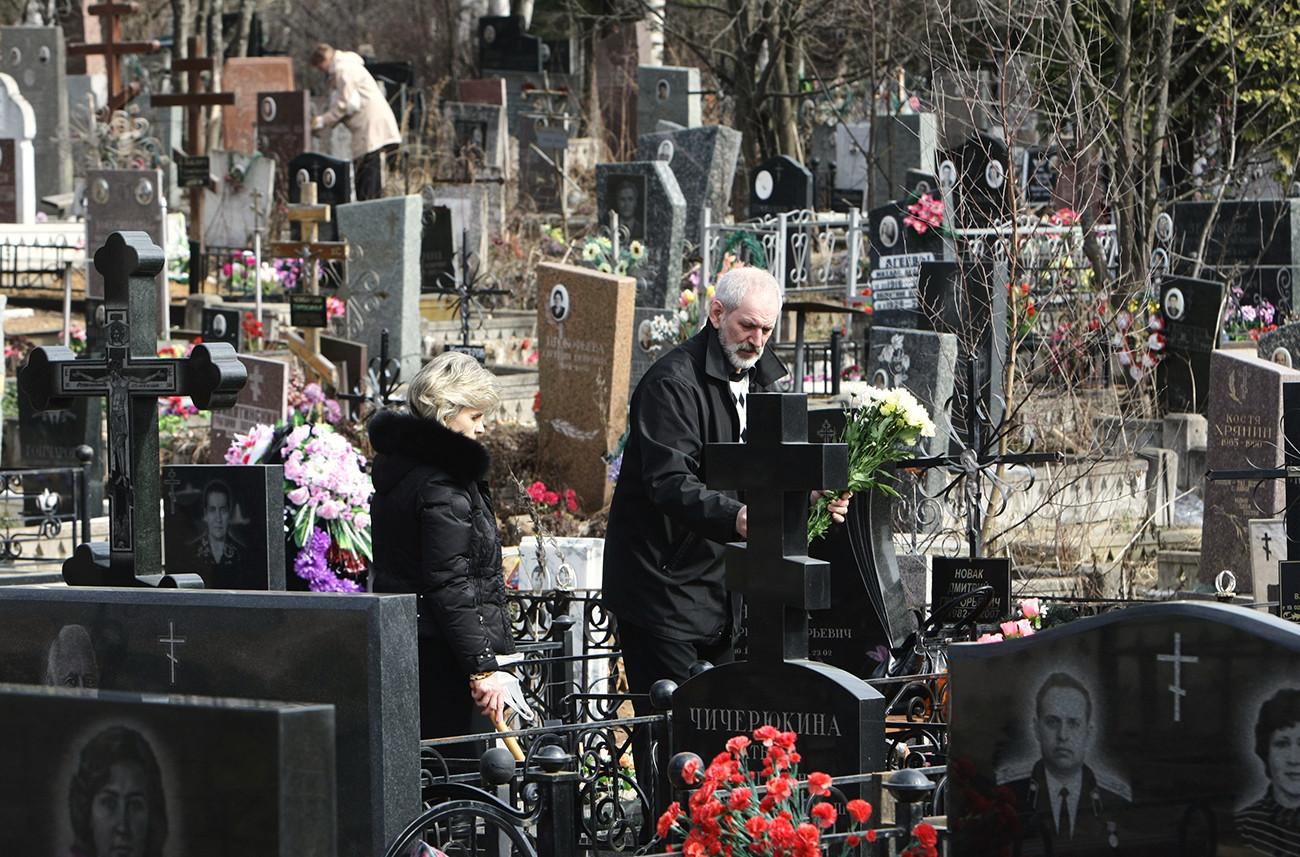 Warga Moskow di pemakaman Mitino pada hari Minggu Paskah.