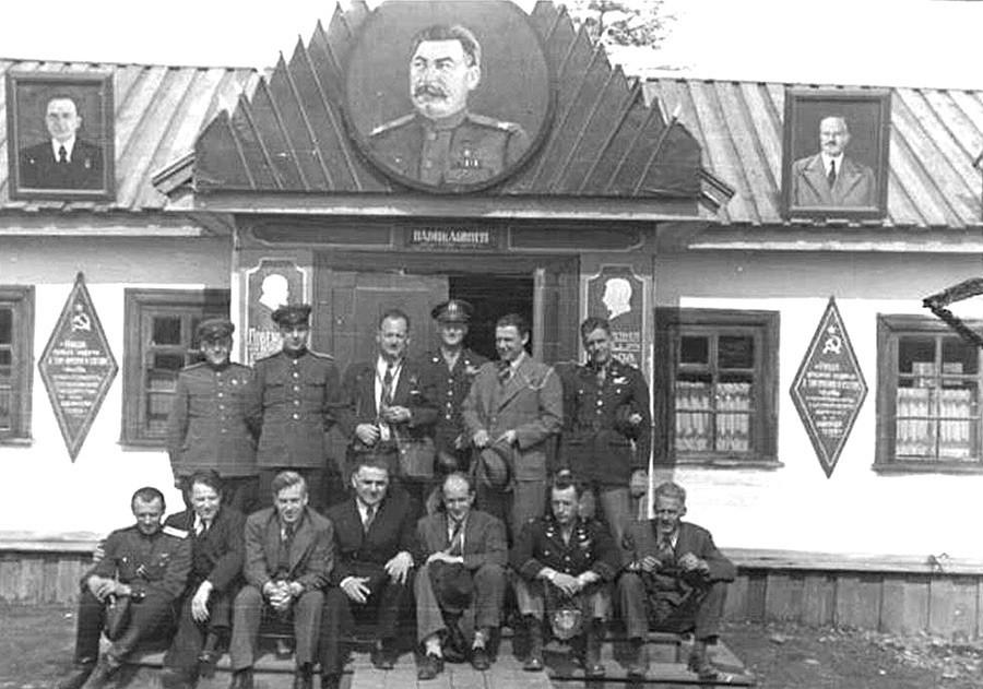 Wallace s vodičima iz Narodnog komesarijata unutrašnjih poslova, svibanj 1944.