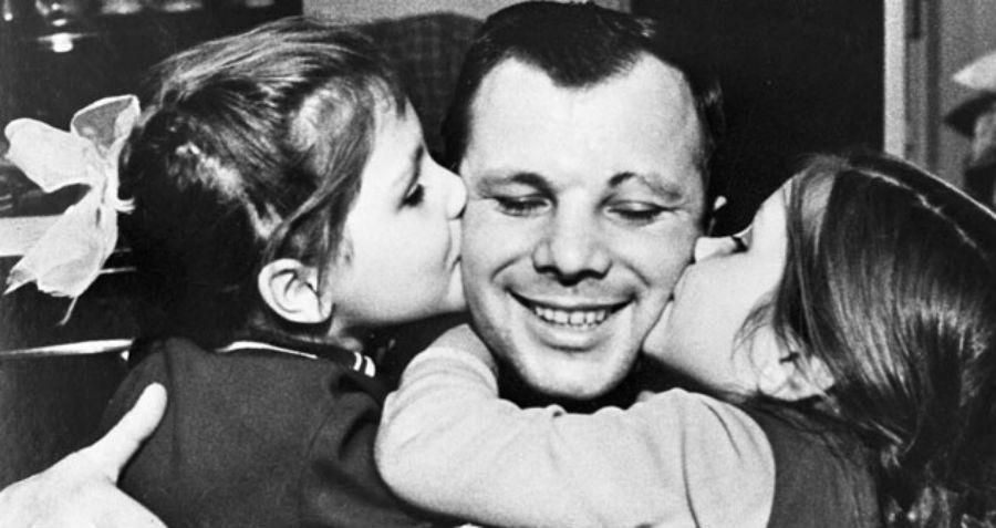 Iouri Gagarine avec ses filles Lena, à gauche, et Galia, à droite