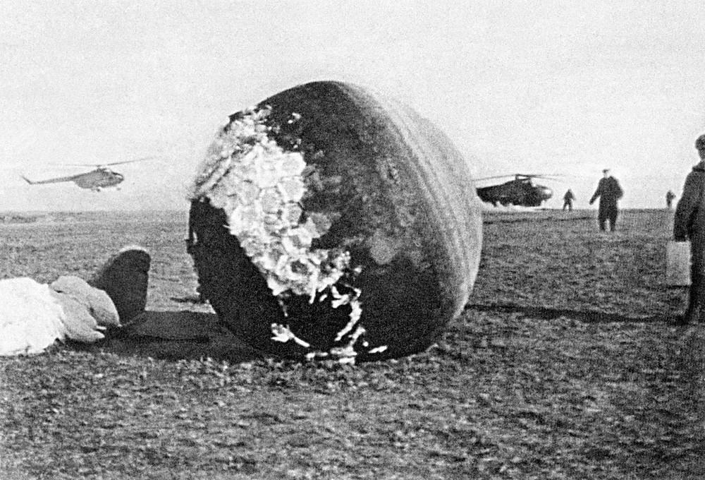 Atterrissage de la navette Vostok-1, à bord de laquelle Iouri Gagarine est entré en orbite le 12 avril 1961. Il s'était alors éjecté peu avant pour regagner la terre ferme en parachute.