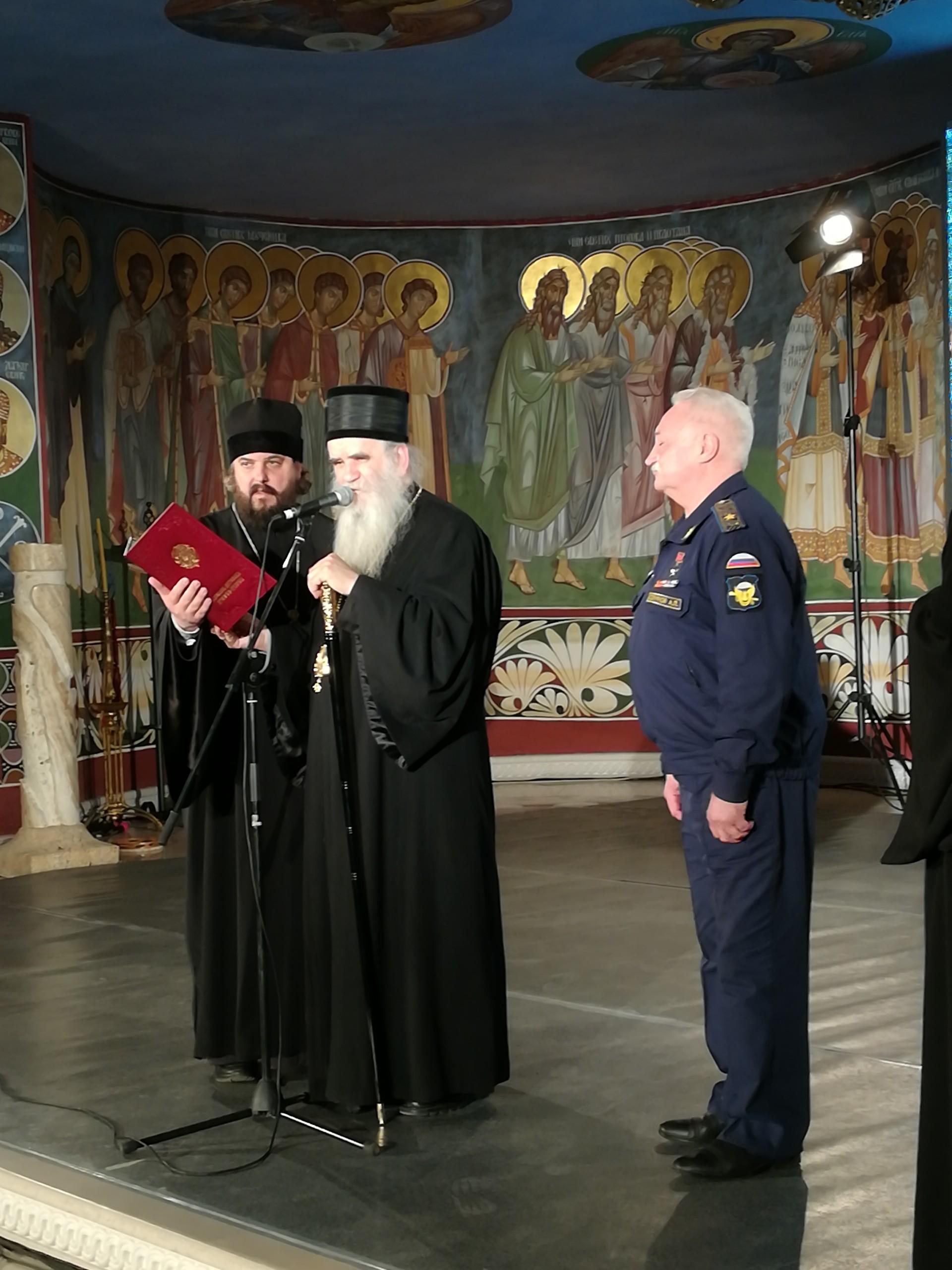 Владика Амфилофије додељује Александру Салујанову медалју Св. Петра Ловћенског Тајновидца.