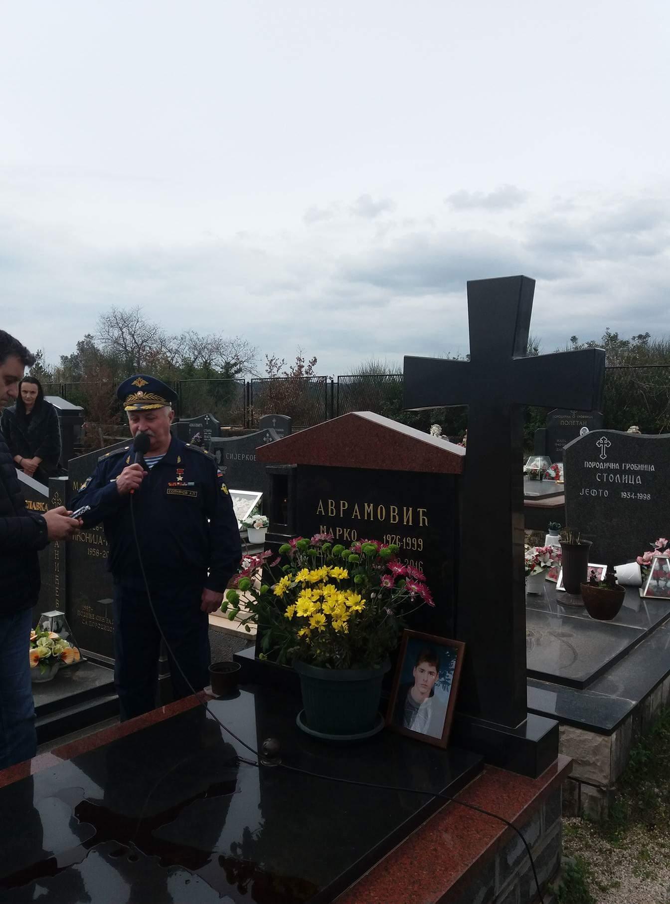Са гроба палог хероја Марка Аврамовића у Тивту