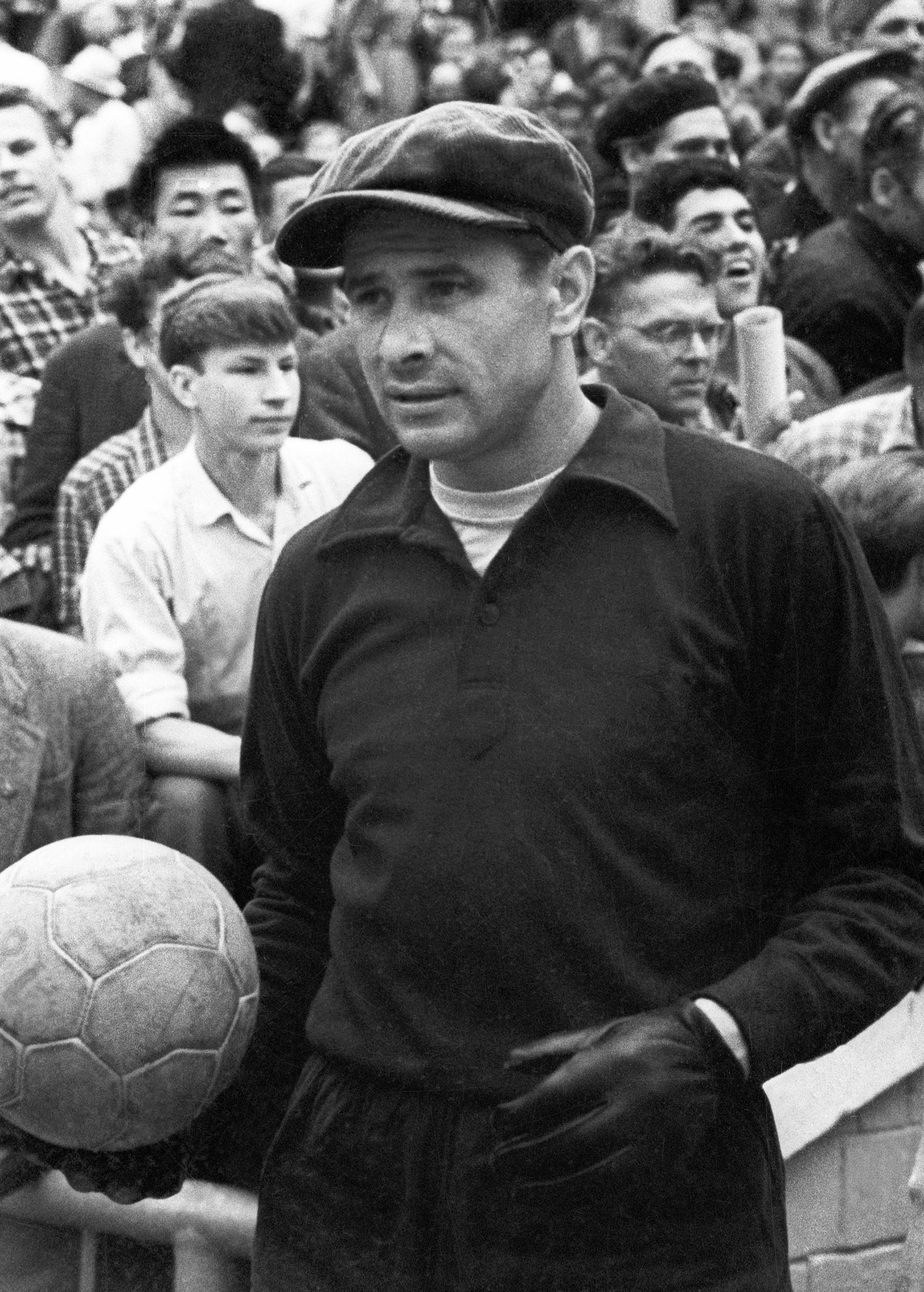 Dengan topi dan pakaian gelapnya, Yashin adalah pemain yang sangat modis di era Soviet.