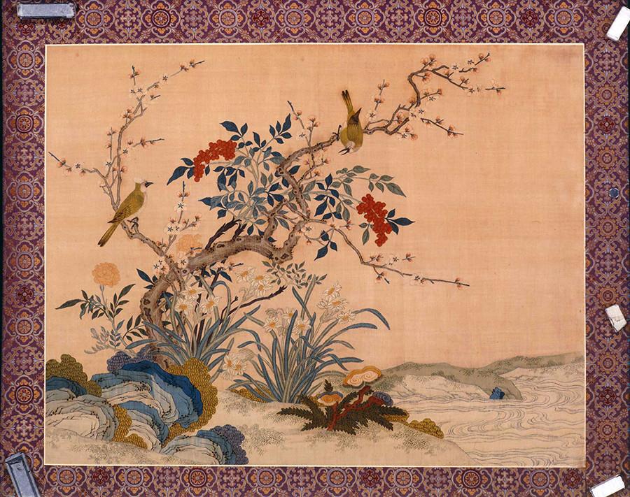 清朝(1644〜1912)、乾隆帝期(1736〜1795)。紋織絹:織り、刺繍、絵付け