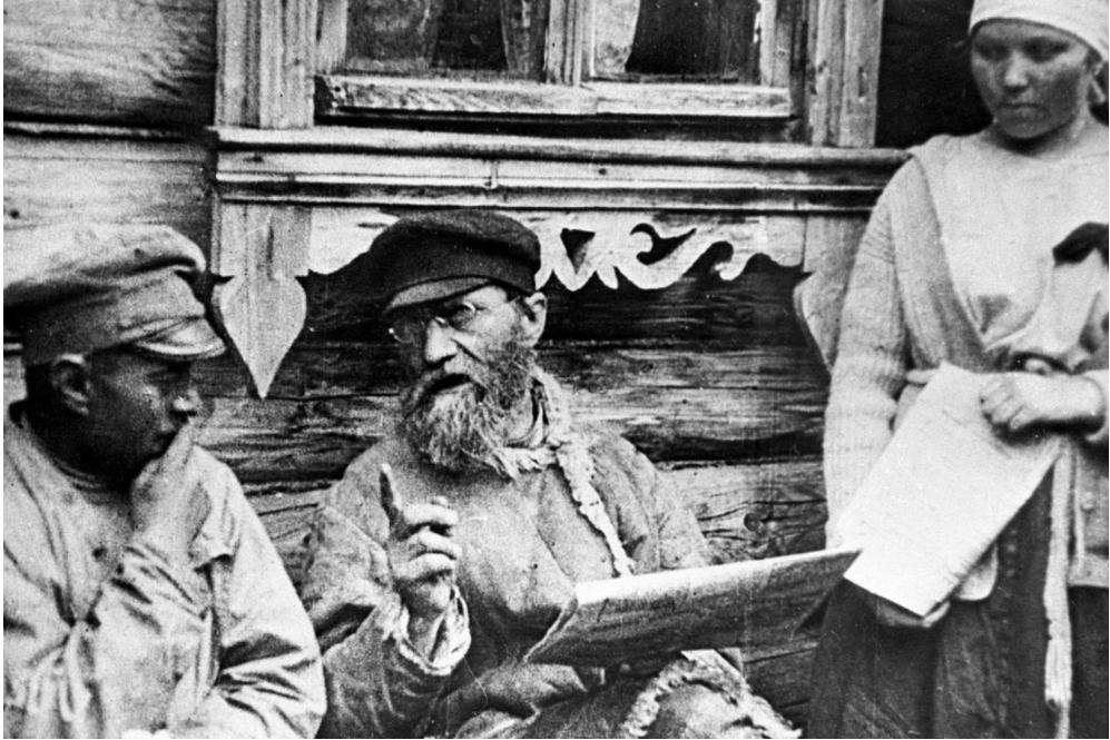 Kmetje berejo Leninove dekrete o zemlji in miru (1918).