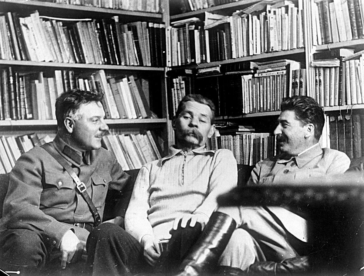 Klement Voroshílov (izquierda), Maxim Gorki (centro) y Iósif Stalin.