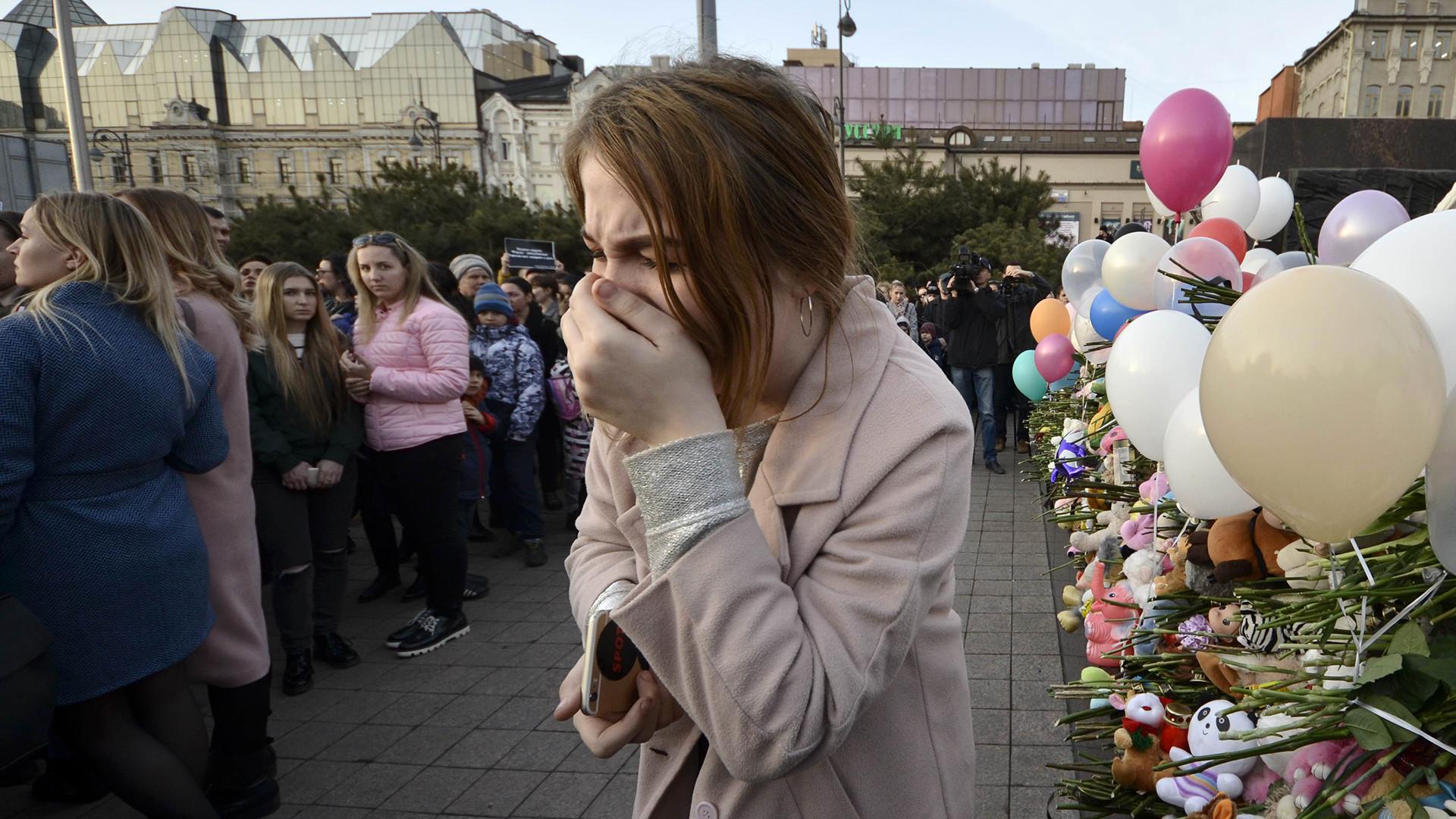 Fiori, lacrime e giocattoli per le vittime dell'incendio di Kemerovo