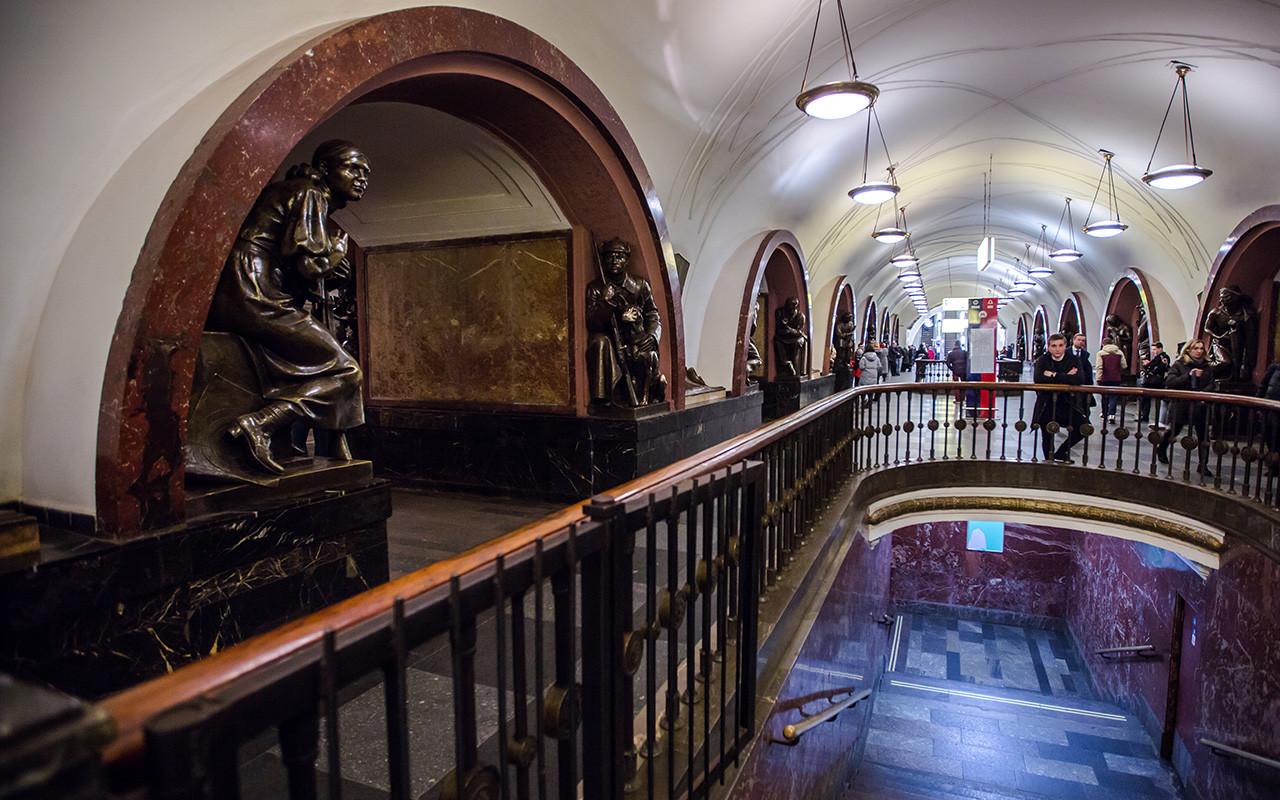 La station Place de la Révolution dans le métro de Moscou.
