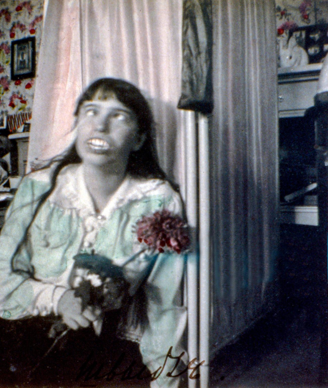 Foto yang menakutkan ini menunjukkan Anastasia, putri bungsu Tsar Nikolay II, yang gemar bersenang-senang. Ia membuat wajah jelek dengan gigi tiruan di depan kamera.