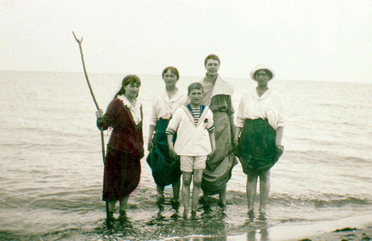 Dari kiri ke kanan: Anastasia, Olga, Alexei, teman Olga Margarita Khitrovo, dan Maria.
