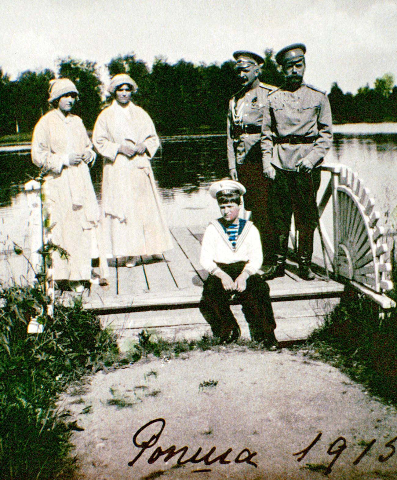 Anastasia, Maria, Alexei, Tsar Nikolay II dan Nikolai Sablin, seorang anggota AL Kekaisaran Rusia, pada 1915 di Ropsha, lokasi favorit keluarga kerajaan untuk berburu dan memancing, 20 km di selatan Peterhof.