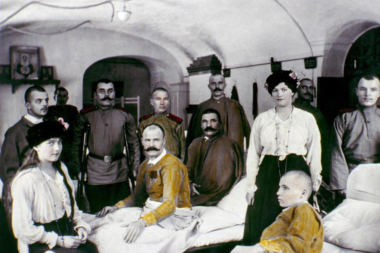 Anastasia dan Maria mengunjungi tentara yang terluka di rumah sakit pada Perang Dunia I.