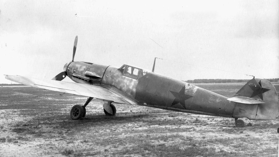 Un chasseur Messerschmitt Bf-109 allemand capturé et rentré au service de l'armée soviétique.